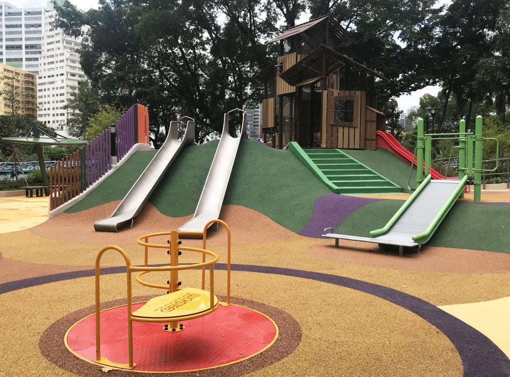游樂場分南北兩部分,南面的設計主題為「爬上爬樂」,設施包括繩網架
