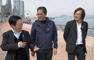 Mr WONG Wai-lun, Michael, Secretary for Development (SDEV)  (centre), invites Mr NG Wing-shun, Vincent, Chairman of the Harbourfront Commission (right), and Mr HO Man-yiu, Ivan, Chairman of the Task Force on Harbourfront Developments on Hong Kong Island (left), to visit the new harbourfront promenade and share their experience in its development..