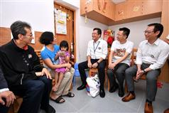 Accompanied by the Chairman of the Sham Shui Po District Council, Mr Ambrose Cheung (first left), the Secretary for Development, Mr Michael Wong (centre); the Director of Buildings, Mr Cheung Tin-cheung (second right); and the Managing Director of the Urban Renewal Authority, Mr Wai Chi-sing (first right), today (July 28) visit a family living in Un Chau Estate to learn more about their living conditions and needs..