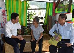 The Secretary for Development, Mr Michael Wong, visited Tai O this afternoon (August 24). Photo shows Mr Wong (left) visiting a resident at her stilted house to learn about about how they are affected by the flood and listening to their requests..