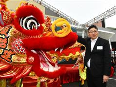 The Permanent Secretary for Development (Works), Mr Lam Sai-hung, performs eye-dotting on the dragon at the Heung Yuen Wai Highway Opening Ceremony today (May 24)..