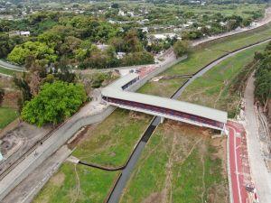 在技术可行的情况下,工程团队会兴建单车桥和单车隧道,以尽量减少踏单车人士需要下车过马路的情况。图为上水石上河单车桥。.