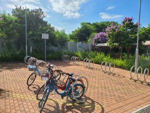 土拓署为踏单车人士提供所需的配套设施,包括可摆放单车的休息处。.
