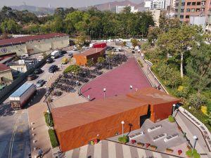 邻近港铁站位置设有单车汇合中心,方便踏单车人士集合和解散。中心内有单车租赁站、单车停泊位、洗手间等设施。.