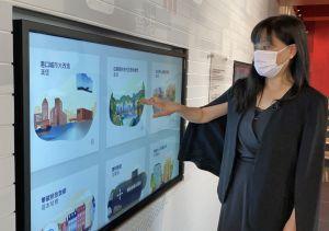 规划署署理总城市规划师陈巧贤介绍展城馆内新增的互动游戏,包括位于地下的「卓越城市」互动展品。.