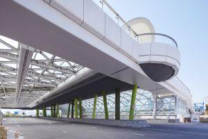 启德空中花园沿旧机场跑道中轴线兴建,是全港首个建于波浪形隔音屏障和行车道上的大型公园。.