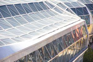 土拓署东拓展处高级工程师朱致康表示,空中花园东北两旁的隔音屏障,是全港首个采用波浪式设计建造的隔音屏障,营造如水流的视觉效果。.