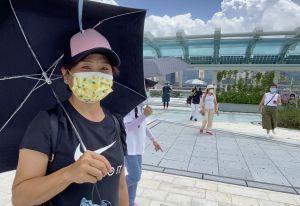 游客Amy表示,空中花园美丽的建筑设计及维港景色,勾起她对旧机场的回忆。.