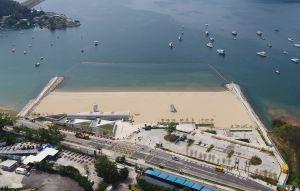 龙尾泳滩座向东南方,让海浪正面冲向泳滩,加上两端各设一道护沙堤,避免沙粒从左右两侧流失。.