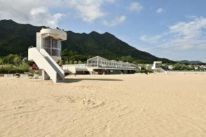 沙滩以天然海沙铺设,沙粒经过筛选后,粗幼大小适中。.