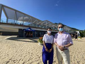 建筑署高级建筑师曾伟伦(右)和建筑师赵宁(左),为大家介绍龙尾泳滩服务大楼的建筑设计和特色。.