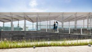 爲衬托出龙尾泳滩附近的美丽景色,泳滩服务大楼的设计力求开放和通透,从而加强人与自然的联系。图示观景台。.