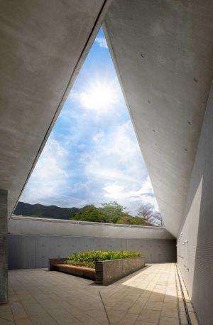 图示户外淋浴间,其顶部设有一个三角形的天窗,泳客可从天窗看到形态优美的八仙岭山景。.