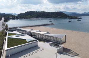 观景台顶部以铝管交织成波浪形态,远看就像波光粼粼的海浪。.