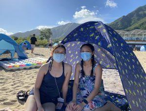 大埔居民唐小姐(右)和陈小姐(左)表示,很开心龙尾有个沙滩,令她们不用长途跋涉前往港岛的泳滩。.