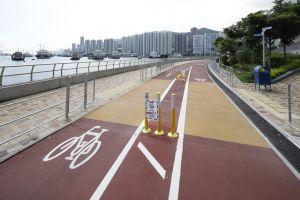 土拓署在单车径上适当加设行人过路处(图中黄色位置),保持海滨的通达性。.