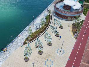 在单车径设计期间,土拓署举办单车泊架设计比赛,让公众发挥创意。荃湾海滨段新单车径采用了比赛中得奖作品的设计,如图中的单车泊架,从高处望下呈树叶形,末端加设座位及绿化元素。.