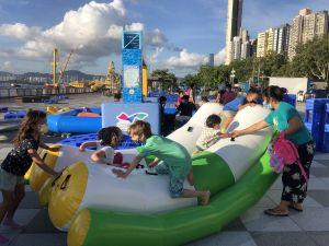 趁着暑假,海滨事务委员会在卑路乍湾海滨休憩用地增设以夏日为主题的装置,如水床、充气摇摇板、把滑浪板改装成滑浪车等。.