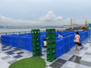卑路乍湾海滨休憩用地其中一个特色,是大部分设施和装置是可移动的,如运货用的卡板,让市民按喜好使用。有小朋友以卡板搭建迷宫(见图),创意超出想象。.