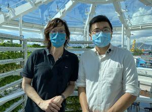 吴永顺(左)对「坚农圃」透过建筑设计和社区的配合,成功在海傍种植植物,表示赞赏。旁为「坚农圃」建筑设计顾问陈启豪(右)。.