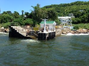 位于南丫岛北面的北角码头是村民往来市区的主要设施。由于现有码头简陋,加上码头的位置易受季候风及海浪影响,所以船身难以侧靠码头,对村民及访客使用该码头造成不便和潜在安全风险,因此属首阶段优先开展的10个码头项目之一。.